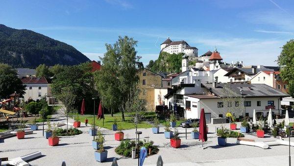 Stadtplatz mit Burg im Hintergrund