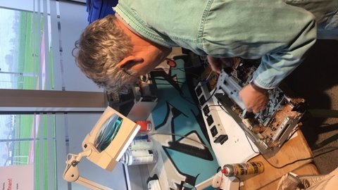 Zwei Männer bei der Reparatur von Elektrogeräten
