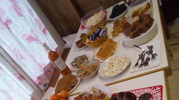 Tisch mit Knabbereien und Süssspeisen