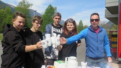Fünf Personen stoßen mit einer Kaffeetasse an