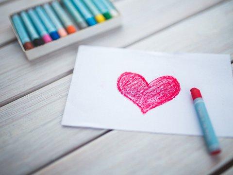 Zeichnung eines Herzes auf Papier mit Ölkreide