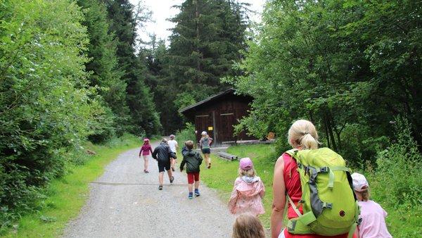 Kinder mit einer Erzieherin beim Waldspaziergang