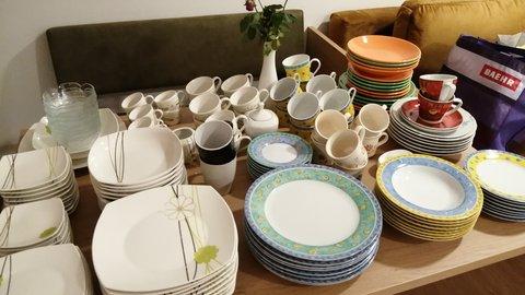 Verschieden gestapeltes Geschirr präsentiert auf einem Tisch