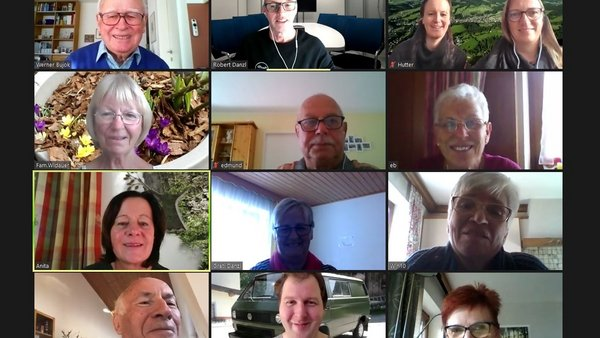 Screenshot von einem Zoommeeting mit 13 Personen