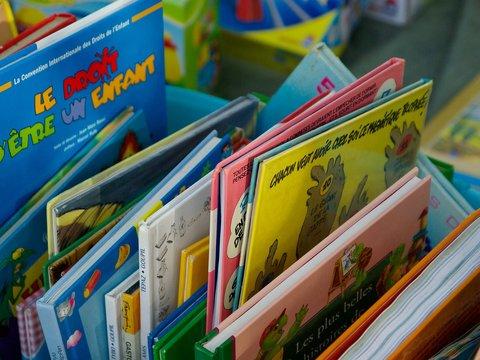 Kiste mit Kinderbüchern bei einem Flohmarkt