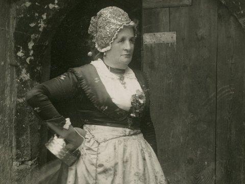 Wirtin ca. 1930 vor ihrem Lokal in Schwaz