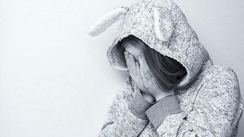 Schwarz-Weiß-Foto von einem verzweifelten Kind