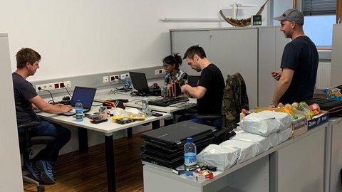 4 Menschen beim Computer reparieren