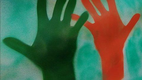 Eine rote und grüne gemalte Hand