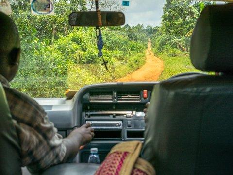 Personen im Auto fahren auf einer Landstraße