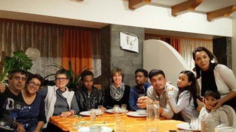 Eine Gruppe von Menschen sitzen gemeinsam nach dem Essen an einem Tisch