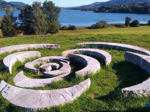 Steinanordnung im Grünen im Pillerseetal-Leukental