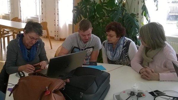 Teilnehmer der Computeria beim Tüfteln