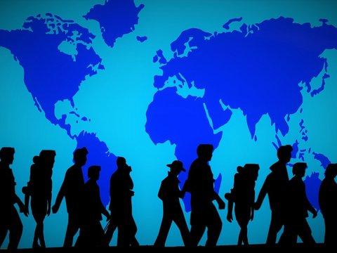Mensschen vor blauem Hintergrund, der die Kontinente Zeigt