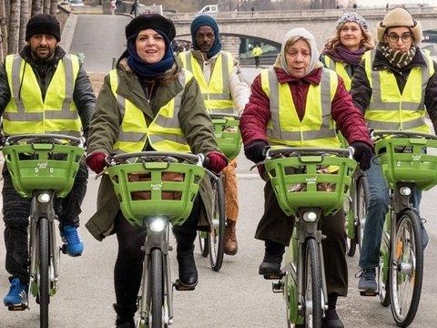 Acht Menschen beim Radfahren mit gelben Warnwesten