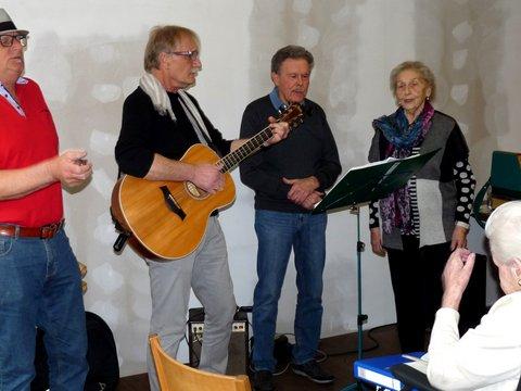 Vier Musiker performen vor einem älteren Publikum