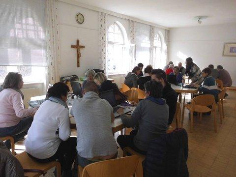 Teilnehmer der Computeria am Tüfteln