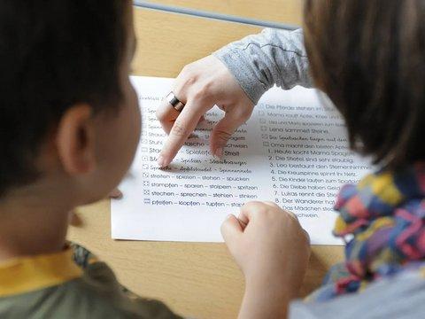 Lesepatin mit Kind beim Üben
