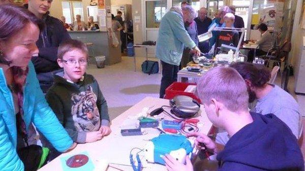 Jugendliche beim Reparieren von Elektrogeräten im Repair Cafe