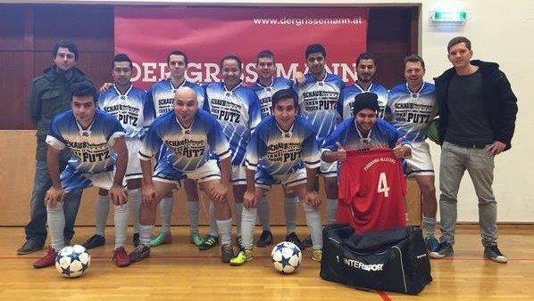 Fußball-Männermannschaft, die in einer Sporthalle für die Kamera posiert