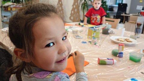 Ein Kind schaut erfreut in die Kamera
