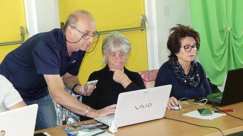 Ein Mann zeigt einer Frau etwas am Laptop