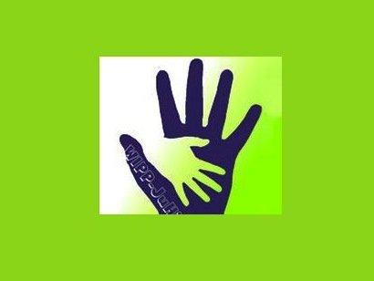 abstraktes Bild von zwei ineinander greifenden Händen auf grünem Hintergrund
