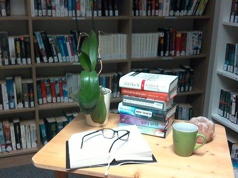Bücher und Kaffe auf einem Tisch in der Bücherei