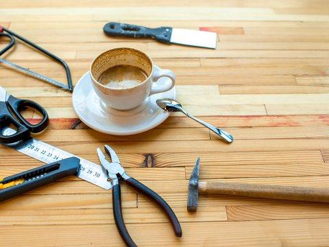 Kaffee und Werkzeug auf einem Tisch
