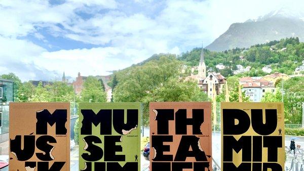 bedruckte Postkarten stehen im Fenster