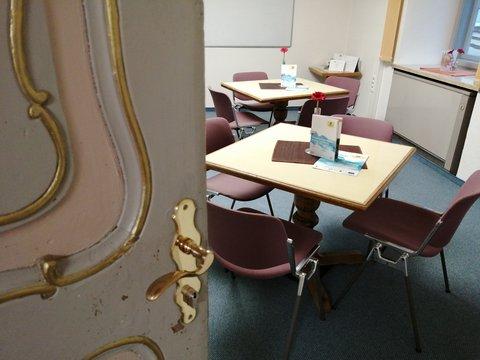 Raum mit Tischen Foto vom Begegnungscafé