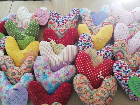 Herzkissen auf einem Tisch