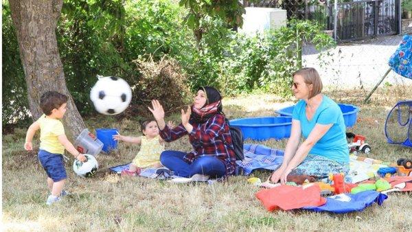 Frauen und Kinder spielen und essen beim Sommerfest 2019