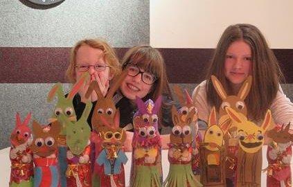 Kinder mit ihren selbstgebastelten Papierosterhasen