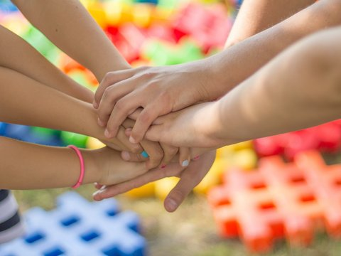 viele Hände die zusammengehalten werden