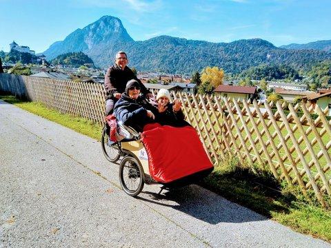 Zwei ältere Damen bei einer Rikschafahrt in Tirol
